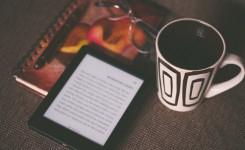E-reader met koffie en boekje